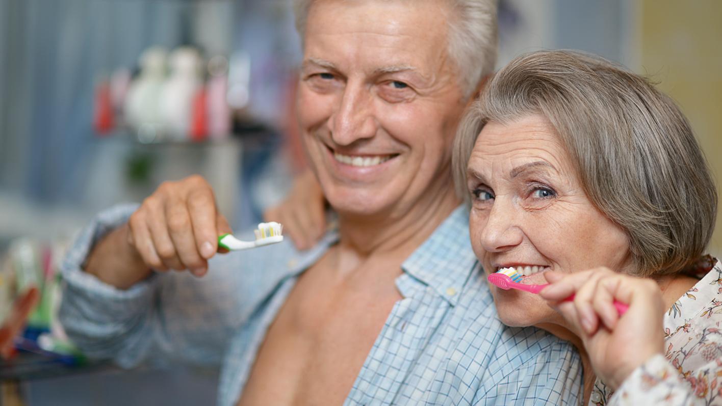 Mit der richtigen Dentalpflege bleiben Zähne und Zahnfleisch lange gesund – und die dritten Zähne können warten.