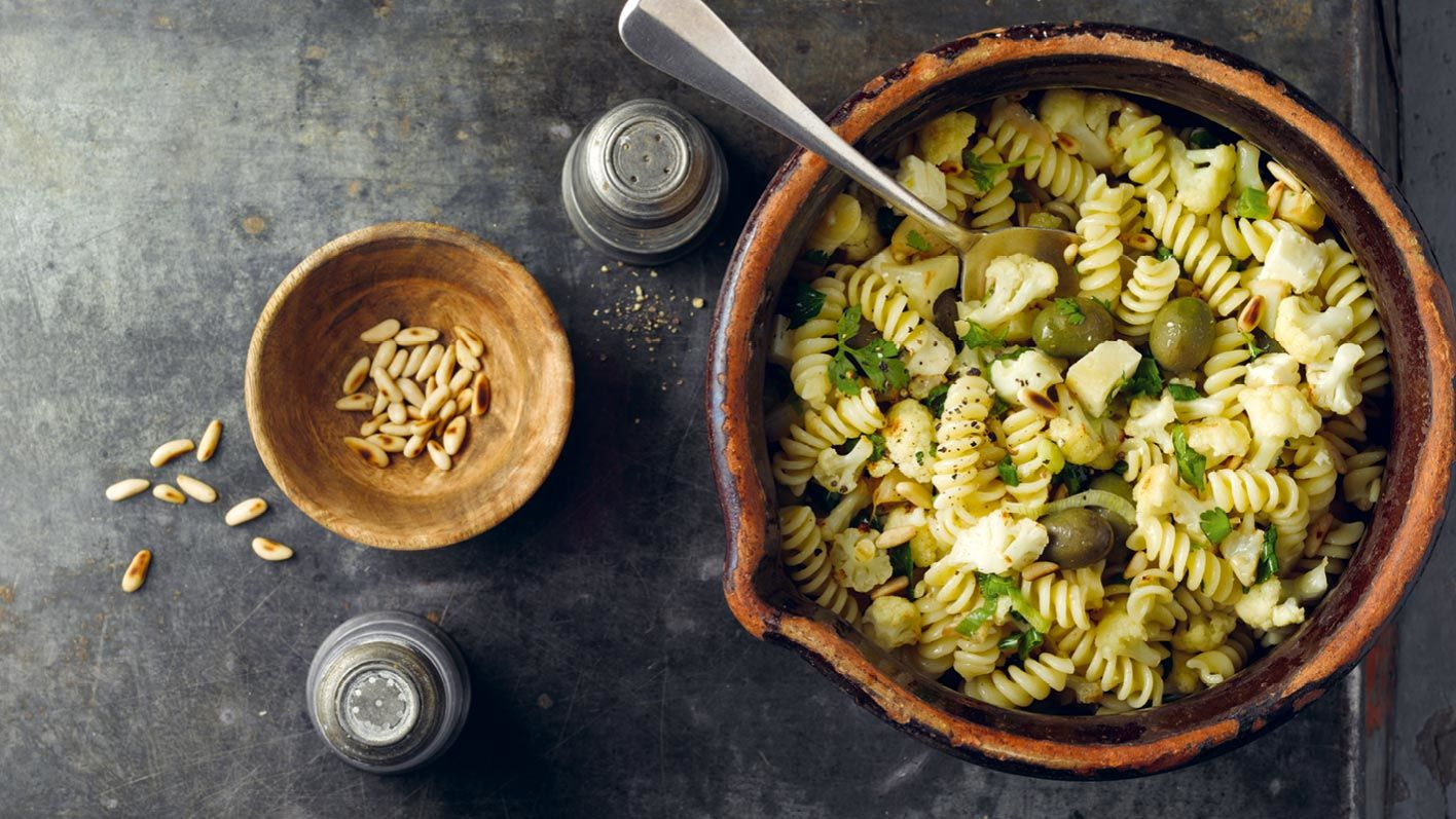 lauwarmer-pastasalat-mit-blumenkohl.jpg