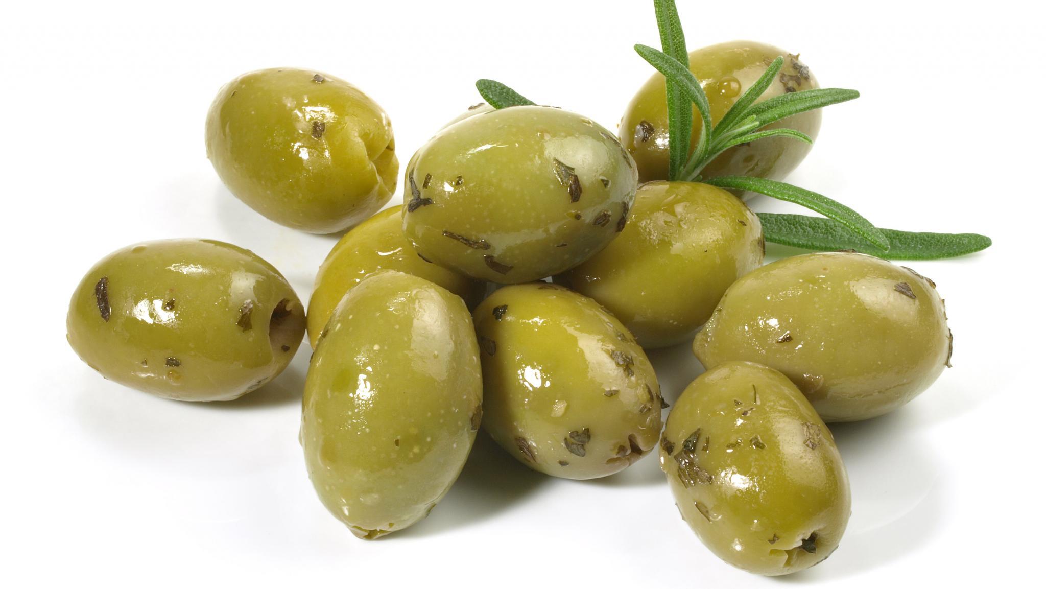 Oliven-Crostini auf Sommersalat