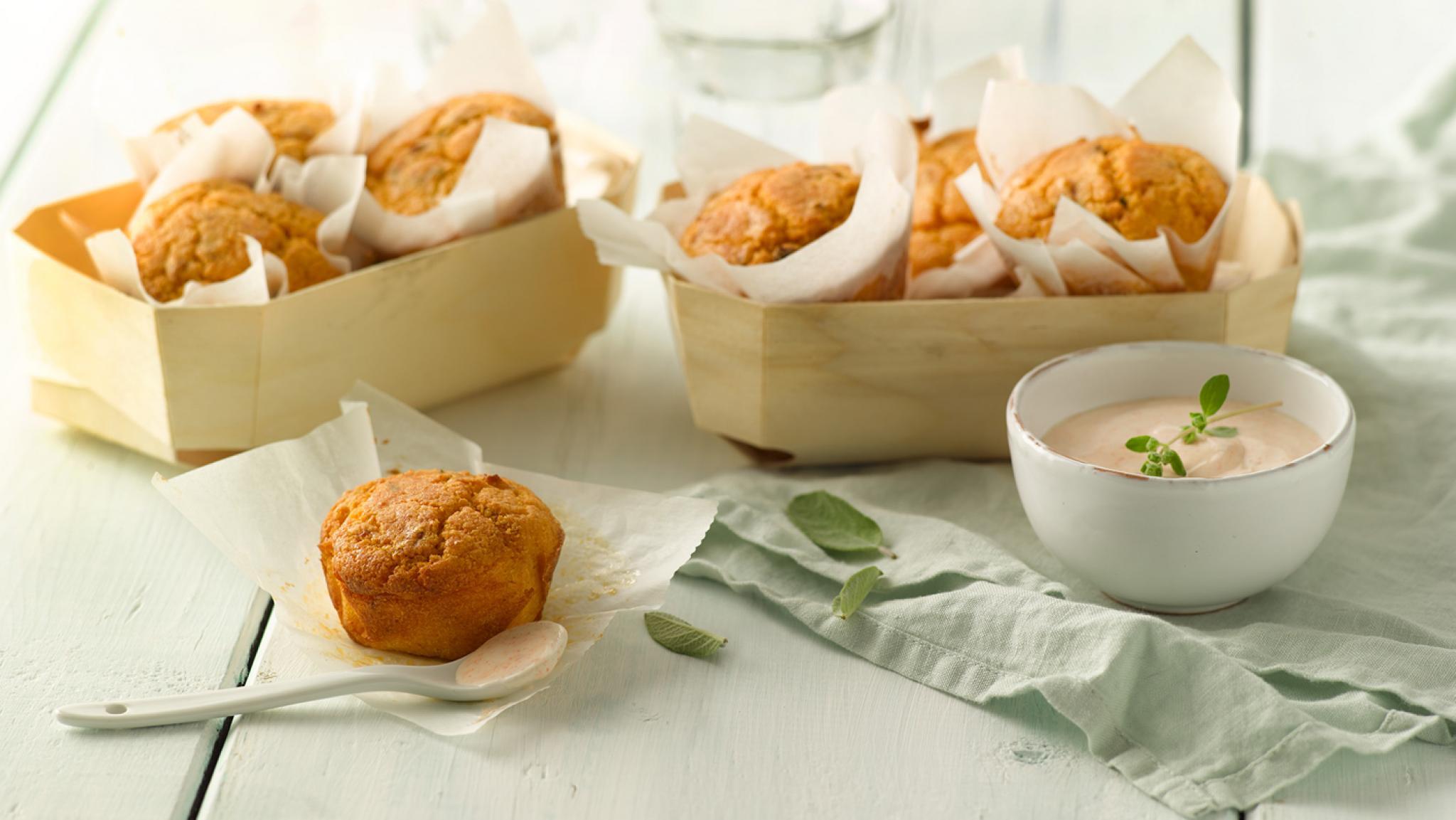 Mais-Paprika-Muffins mit scharfer Joghurtsauce