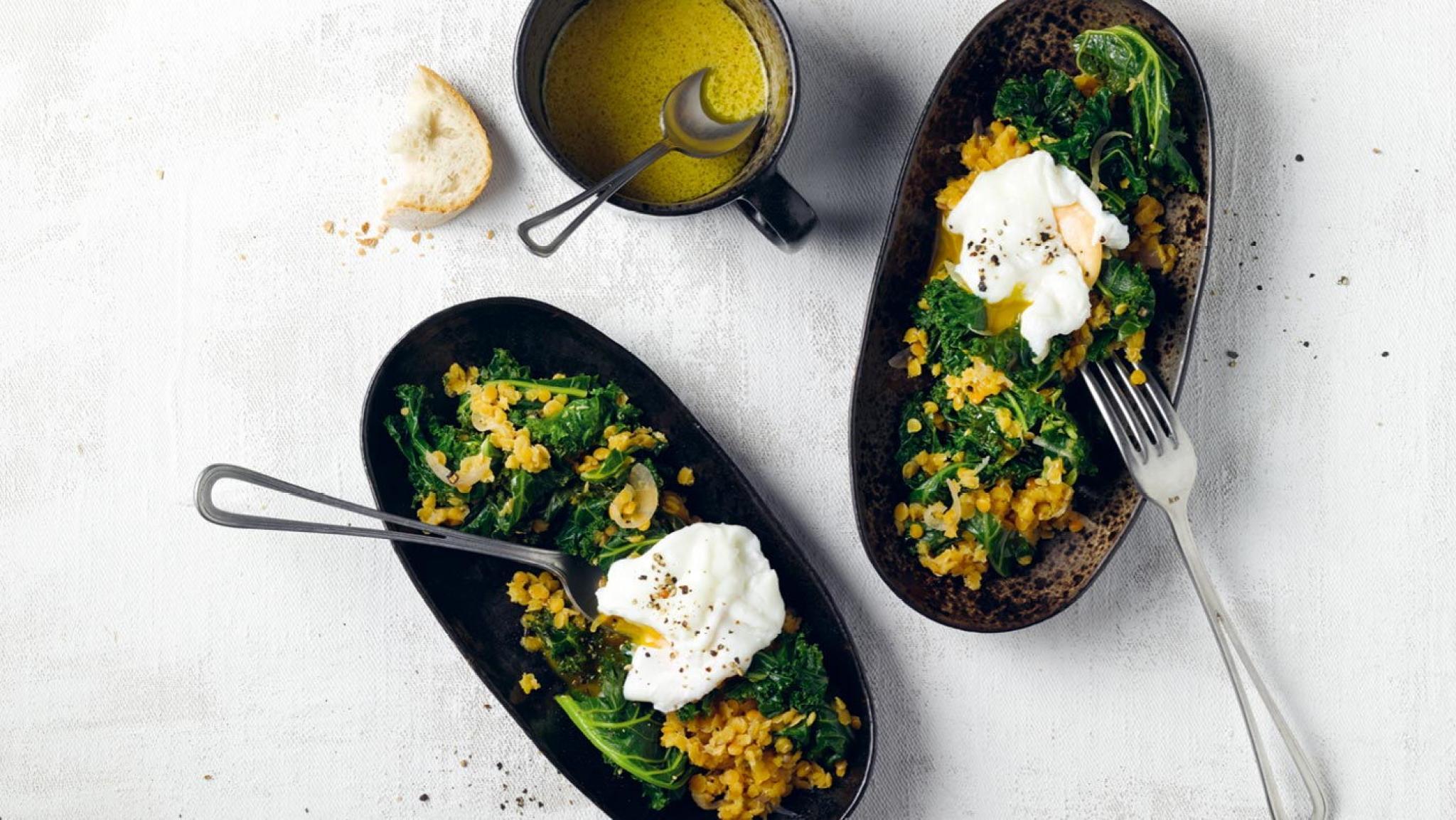 Federkohl-Linsen-Salat mit pochiertem Ei