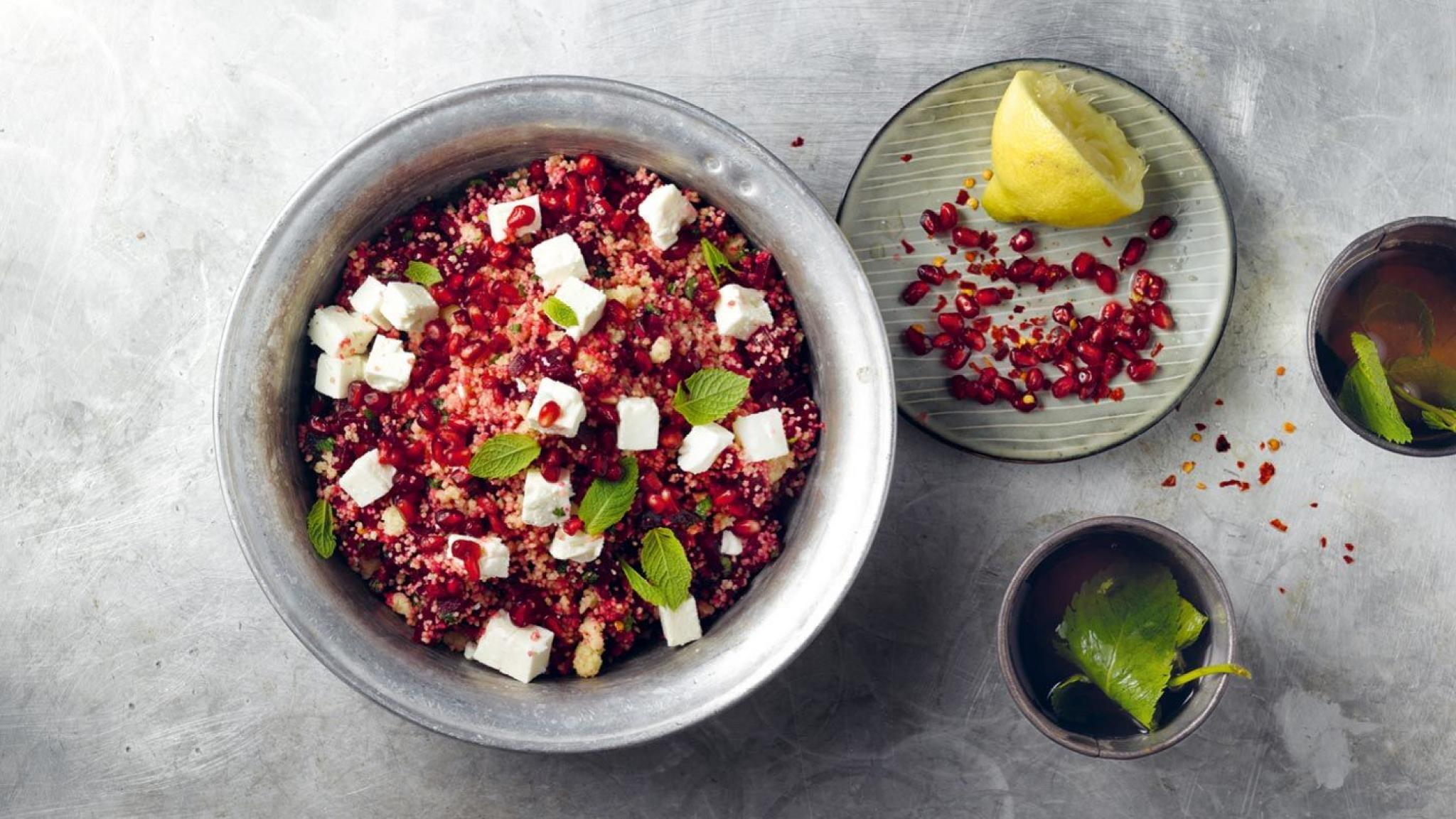 Randen-Couscous-Salat mit Granatapfelkernen und Feta